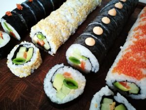 Lækker sushi med laks og chilimayo